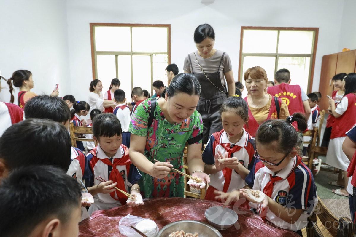罗老师言传身教学生包饺子