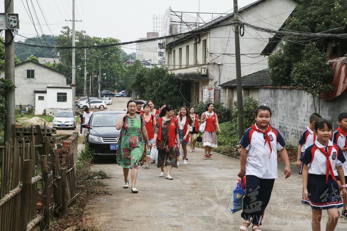 罗老师带学生到敬老院去