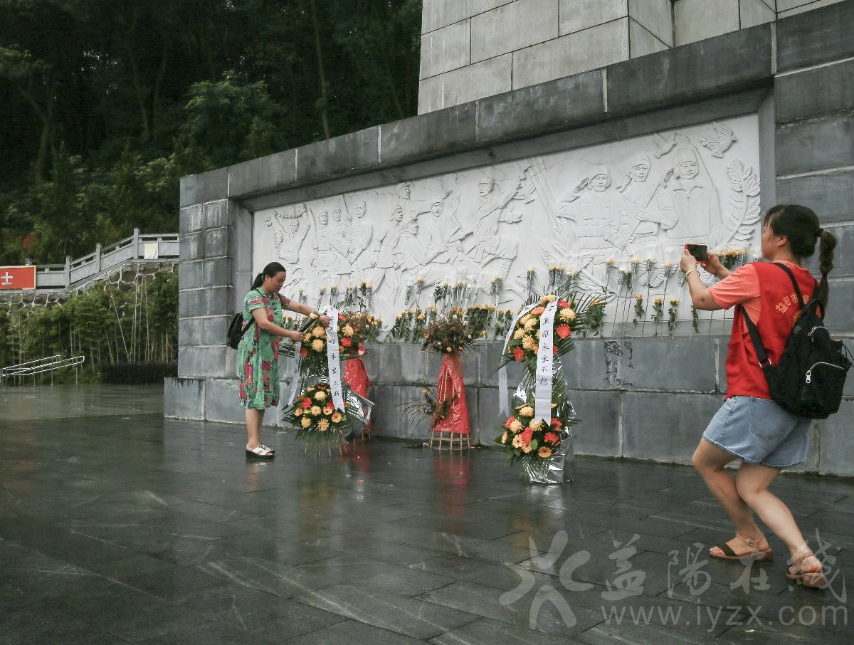 罗海燕老师在烈士塔前整理花蓝