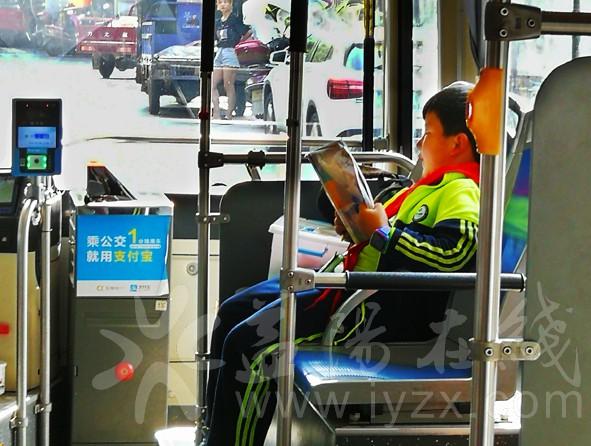公交车上读书.jpg