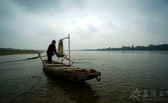 资江河里老渔翁