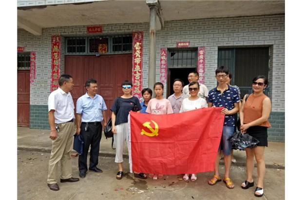 资阳区教师进修学校党建活动日走访8户贫困户