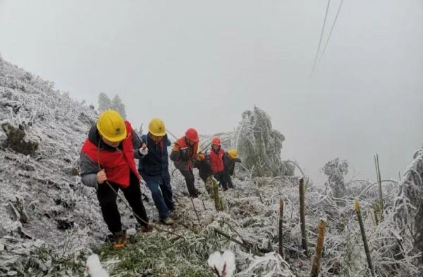 AG和记娱乐保电服务队:在零下5摄氏度的山顶,一待就是5个小时