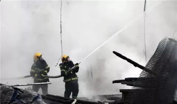 桃江一厂房发生火灾,洒水车变救火车灭火