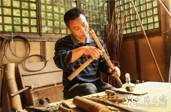 【AG和记娱乐画报】借火修竹,围郁成器,他苦心孤诣传承这门技艺