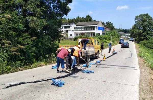 桃江紧急处置一处长约百米的公路裂痕