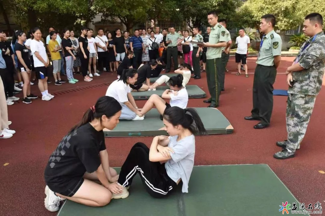 我市59名女青年参加女兵体检